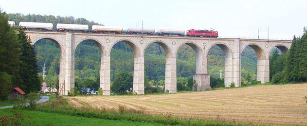 Kleines_Viadukt_Altenbeken_mit_Güterzug TRIM